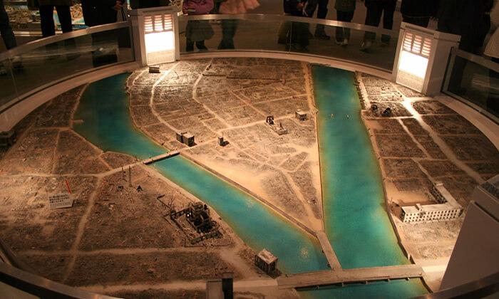Maquete reproduzindo Hiroshima depois da explosão