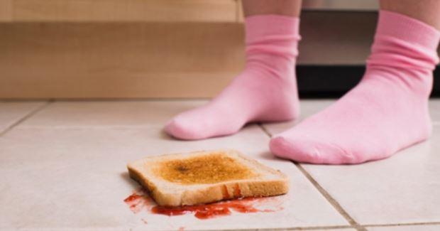 Por que o pão sempre cai com a manteiga para baixo?